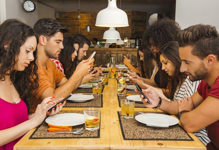 mangiare a tavola con lo smartphone